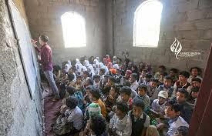 اليمن | معلم يحول منزله إلى مدرسة لـ 700 طالب وطالبة في تعز