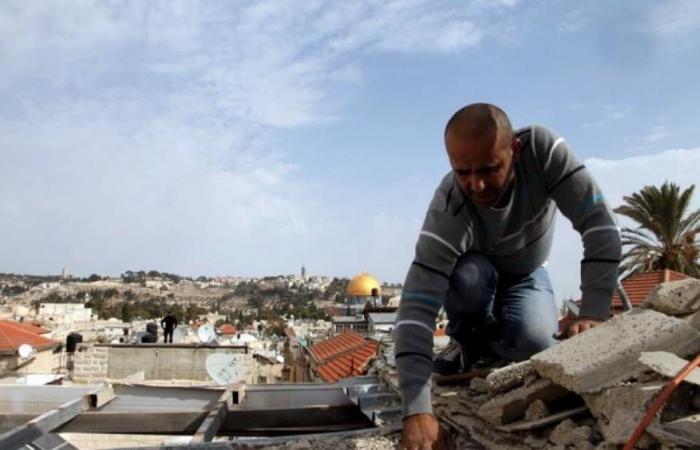 فلسطين | جيش الاحتلال يُجبر مقدسيًا على هدم منزله بيده في بيت حنينا