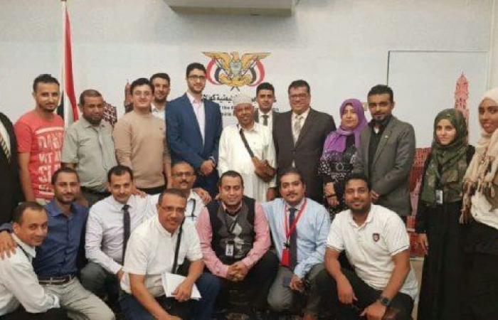 اليمن   الديبلوماسية اليمنية في ماليزيا تستقبل فنان اليمن الكبير ايوب طارش