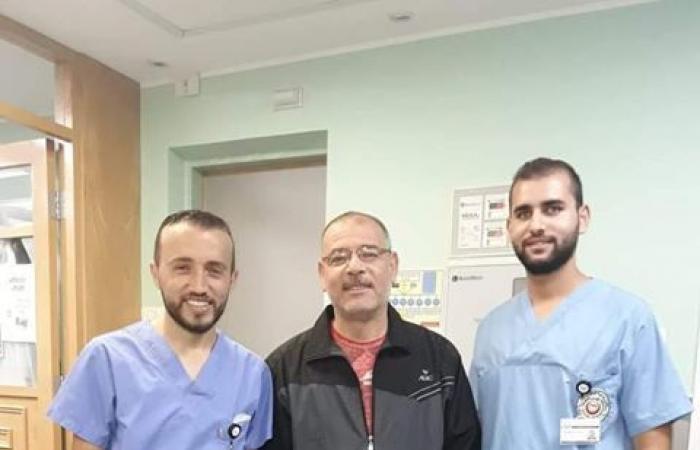 فلسطين | المقاصد تجري عملية نوعية لمريض من غزة لاستئصال كيس يضغط على العمود الفقري