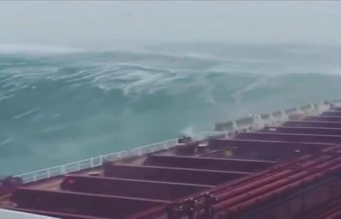 إعصار يقترب من جنوب الخليج.. وعُمان تعلق الدراسة