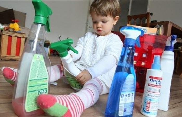 احتفظ بالمنظفات بعيداً عن متناول طفلك