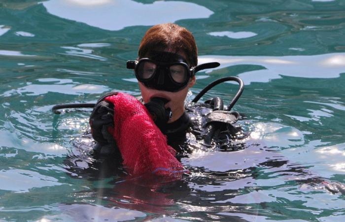 بالصور: يعقوبيان تشارك بتنظيف قعر البحر