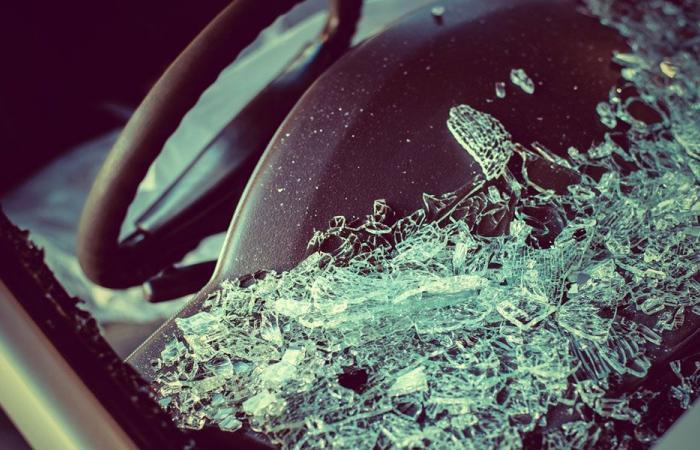بالصورة: انحرفت سيارتها في الدورة… فاصطدمت بحاجز إسمنتي