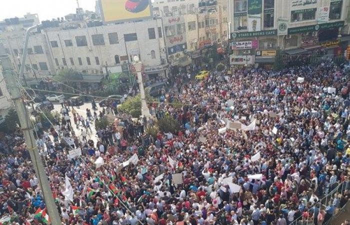 فلسطين   الالاف يتظاهرون وسط رام الله ضد قانون الضمان ويطالبون باقالة وزير العمل