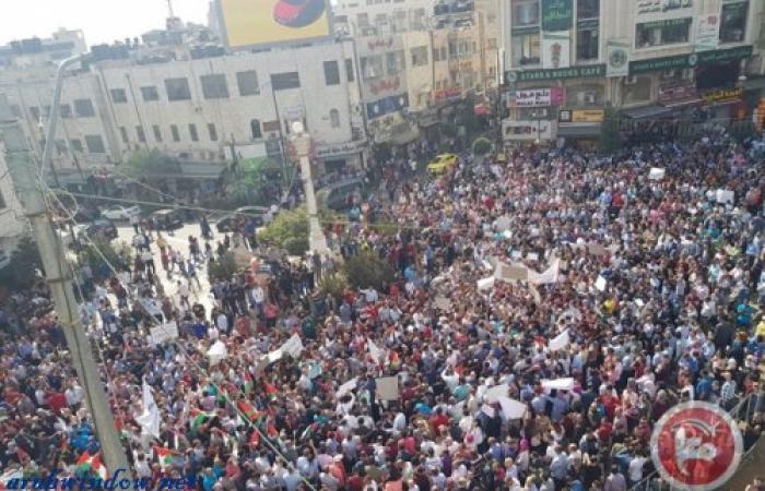 فلسطين   القطاع الخاص يدفع موظفيه (الياقات البيضاء) الى الشارع