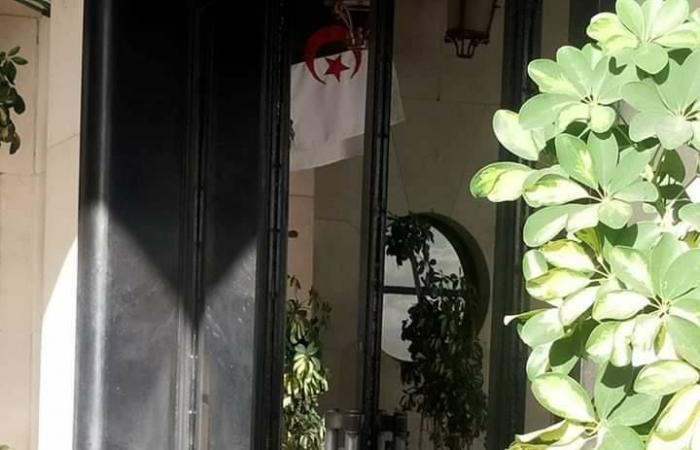 الجزائر.. النوابيغلقون البرلمان بالسلاسل الحديدية