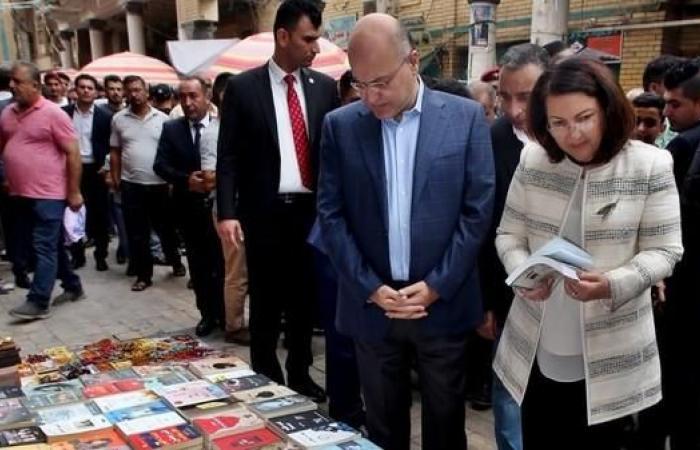 العراق | بالصور.. رئيس العراق في شارع المتنبي ومقهى الشابندر