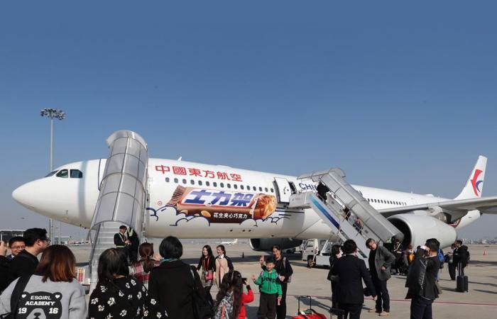 فلسطين | طائرة صنعها هاوٍ صيني في انتظار الركاب الجائعين