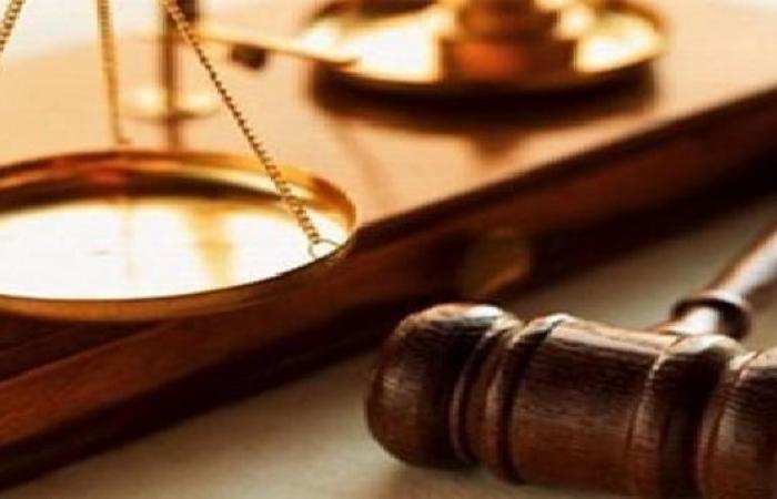 مصر   حدث بمحكمة مصرية.. محام يصعد للمنصة ويضرب القاضي بحذائه