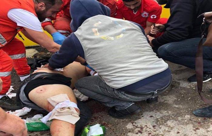 """بالصور: طعنه أمام """"كهرباء لبنان""""… والضحية: """"كنت قلي بدك مصاري""""!"""