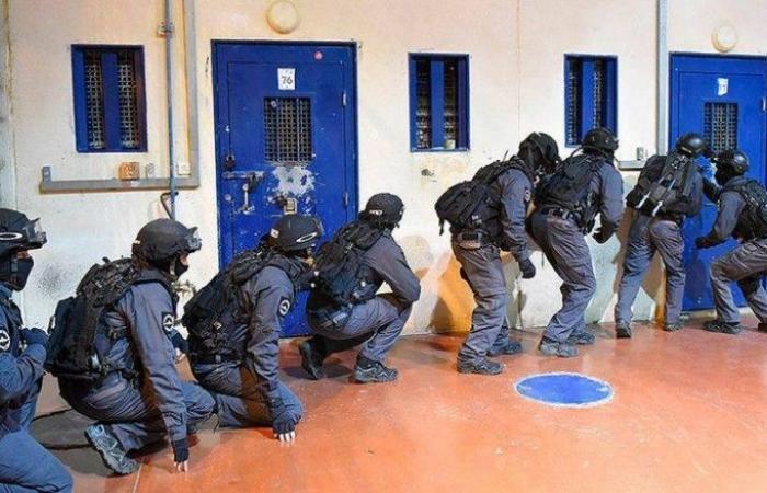 فلسطين | قوات القمع الاسرائيلية تقتحم قسم (7) في سجن الرامون