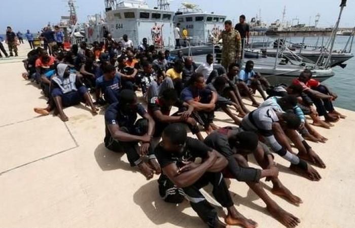 ليبيا.. إجبار مهاجرين على النزول من سفينة أنقذتهم