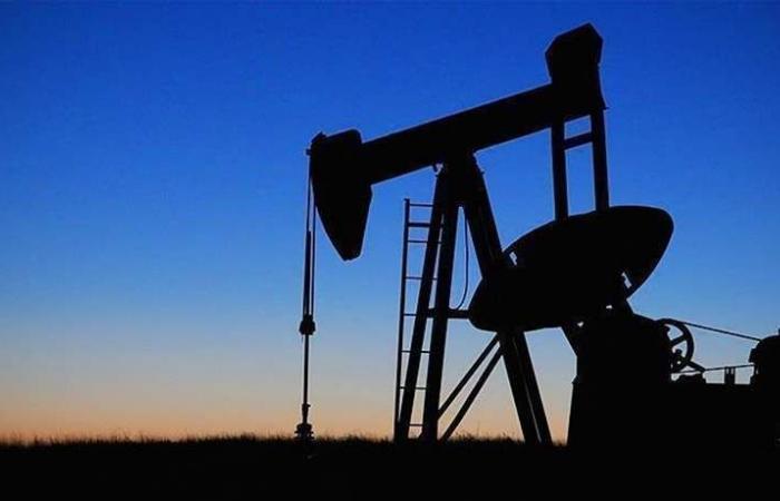أسعار النفط تصعد بعد معلومات أولية بتراجع المخزونات الأميركية