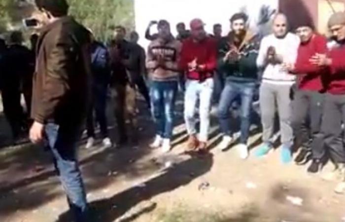 سوريا | دمشق : شبان من السويداء يغنون و يرقصون احتفالاً بسوقهم للخدمة الإلزامية ( فيديو )