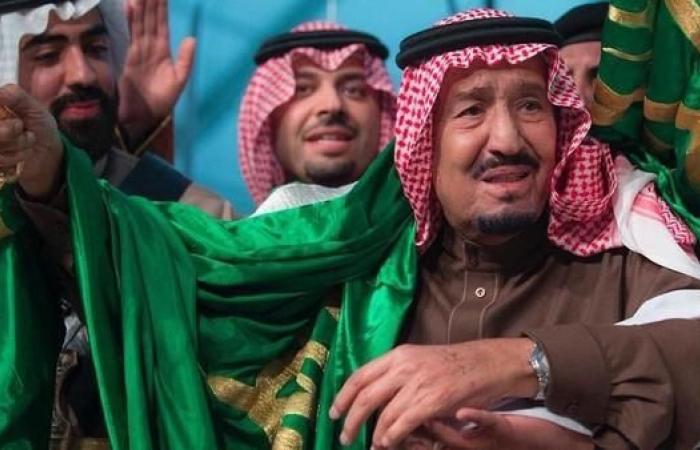 الخليح | هكذا تفاعل السعوديون مع توشح الملك سلمان للعلَم وتقبيله