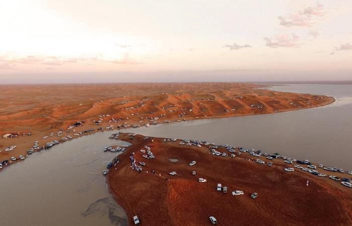 الخليح | بحيرة شهيرة وسط رمال السعودية تجذب الزوار وهواة التصوير