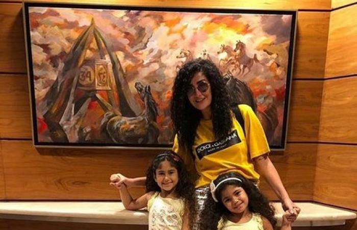 غادة عبد الرازق بإطلالة شبابية مع أحفادها (صورة)