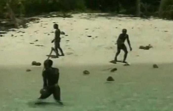 بالفيديو.. قبيلة معزولة في البحر تقتل أمريكيا حاول الوصول للجزيرة