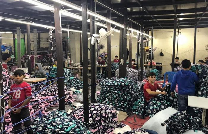 قاصرون وسوريون بدون إجازات يعملون في مصنع للخياطة بطرابلس