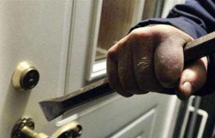 سرقَ 38 شقة.. القاء القبض على مذيع تلفزيوني عربي (فيديو)