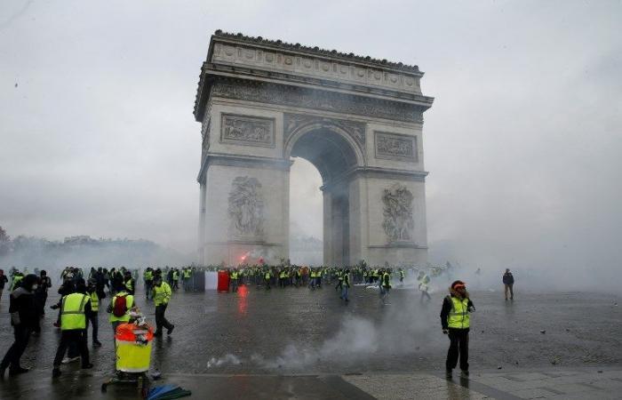 """مواجهات عنيفة بين الشرطة و""""السترات الصفراء"""" في باريس"""