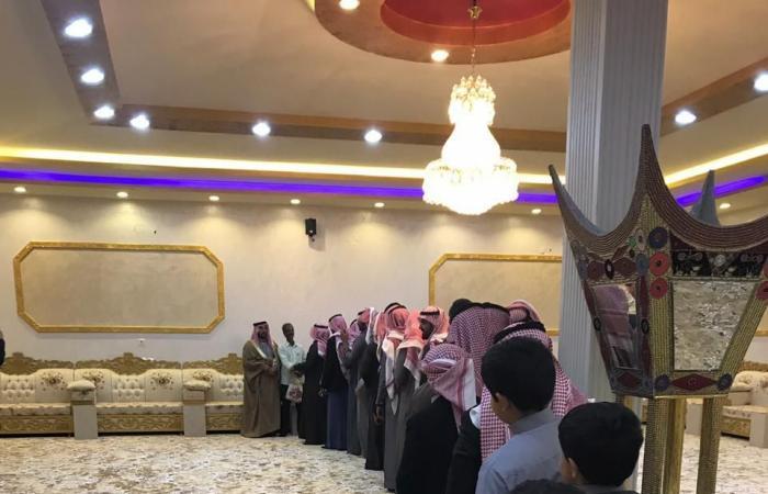 الخليح   عائلة سعودية تحتفي بعاملها الهندي بعد 35 عاماً في حائل