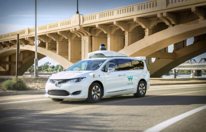 شركة Waymo تطلق أول خدمة تجارية لنقل الركاب بسيارات ذاتية القيادة