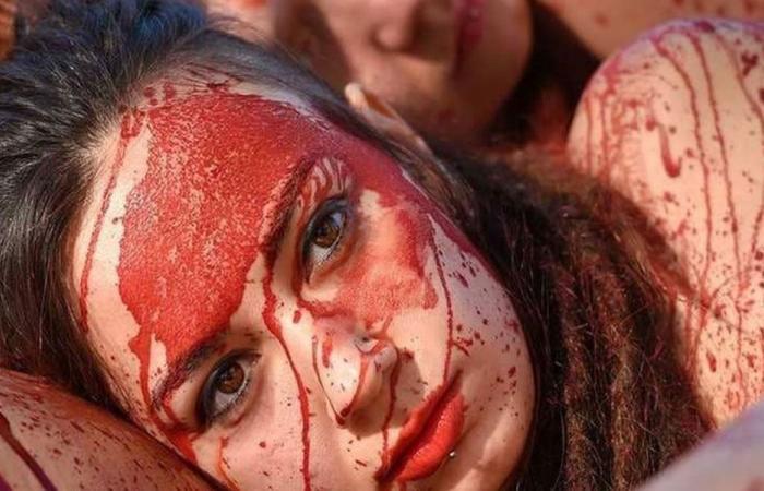 بالصور: نساء عاريات والدماء المزيفة تغطي أجسادهنّ