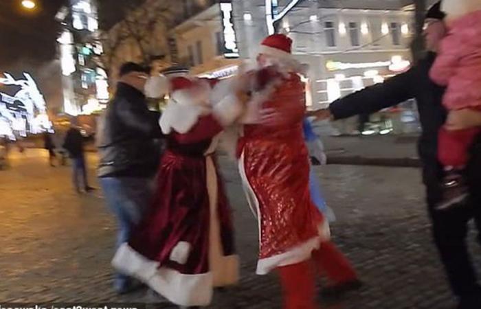 """بالفيديو: """"عراك بابا نويل"""" يخيف الأطفال في أوكرانيا"""