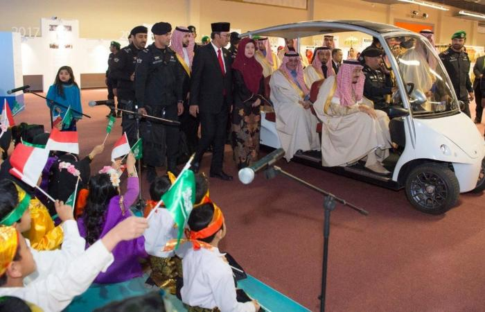 الخليح   الملك سلمان يفتتح جناح دولة أندونيسيا في الجنادرية