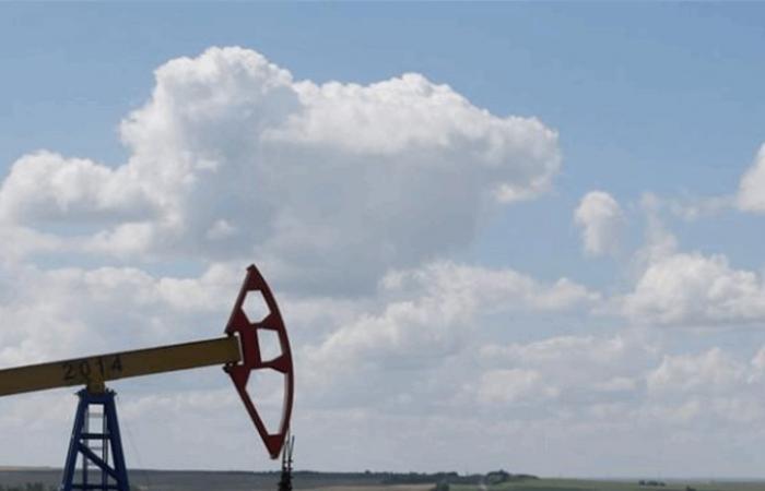 وسط علامات على كبح الإنتاج الأميركي.. النفط يصعد