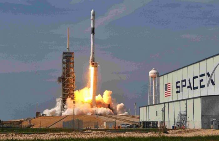 """""""سبيس إكس"""" تطلق أول صاروخ في مهمة فضائية أمنية لسلاح الجو الأمريكي"""