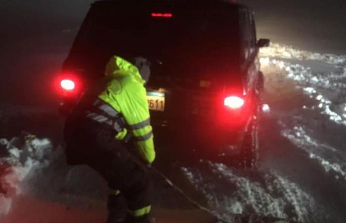 بالصور: إنقاذ مواطنين محاصرين بالثلوج على طريق الصحة – بعبدا
