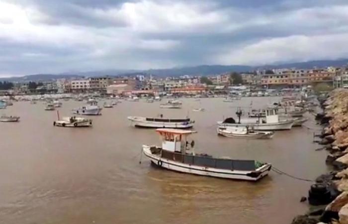 الأمواج العاتية تحطّم زوارق الصيد في مرفأ العبدة