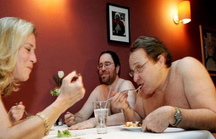 بالصور: إقفال أول مطعم للعراة في باريس