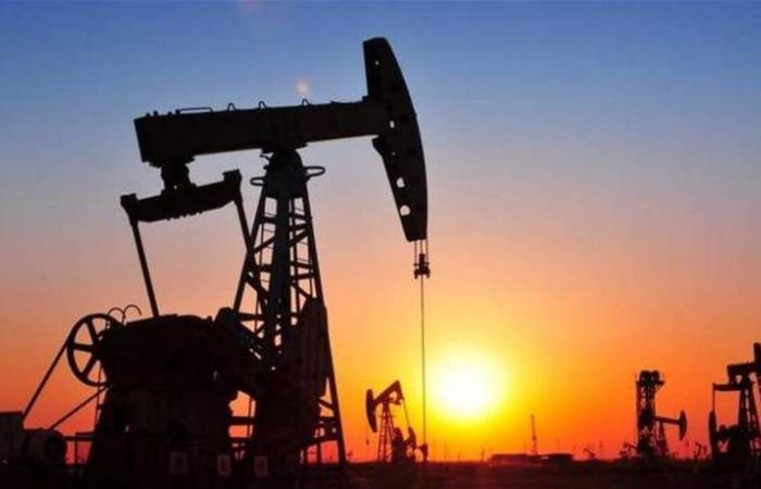 النفط على مسار تحقيق مكاسب أسبوعية بفعل آمال المباحثات التجارية وتخفيضات أوبك