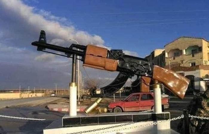 مجسم غريب لسلاح كلاشينكوف في مدخل قرية جزائرية