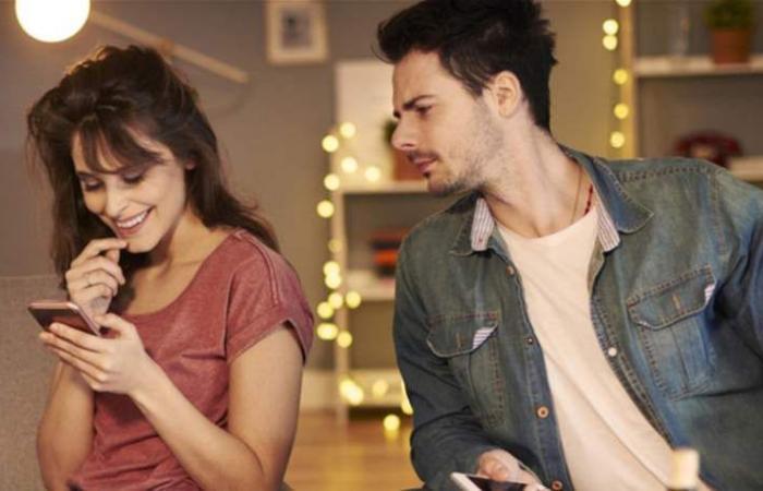 قد تبدو اهتمامًا.. هذه الأمور تدّل على اقتحام شريكك لخصوصيتكِ!