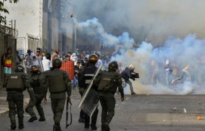 مادورو يعتمد على الجيش وغوايدو يحظى بدعم أميركي