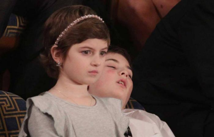 """سر """"الطفل النائم"""" بجوار ميلانيا"""