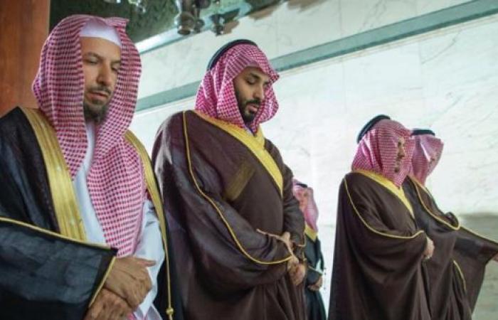 الخليح | بالصور.. محمد بن سلمان يصلي داخل الكعبة المشرفة