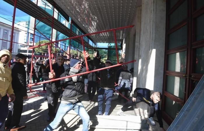 صدامات بين الشرطة ومتظاهرين خارج البرلمان الألباني