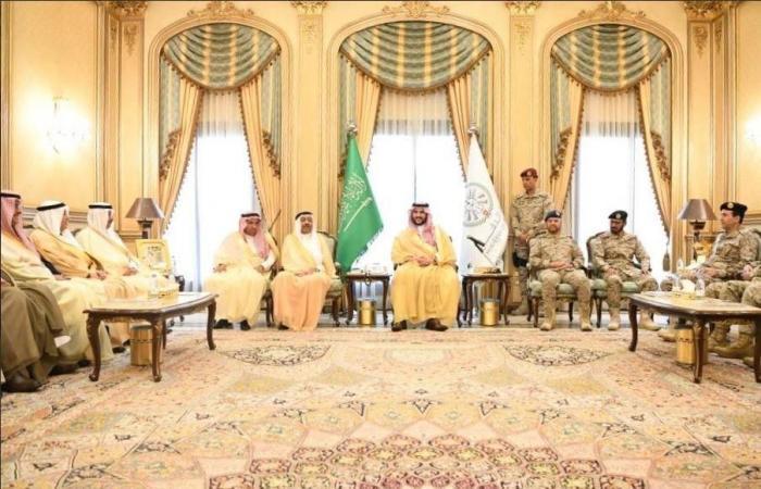الخليح | خالد بن سلمان يزور القوات المرابطة بالحد الجنوبي