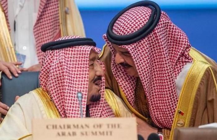 الخليح | في لقطة عفوية.. الملك حمد يقبل رأس الملك سلمان