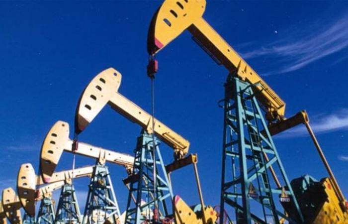 النفط يهبط وسط صادرات أميركية قياسية