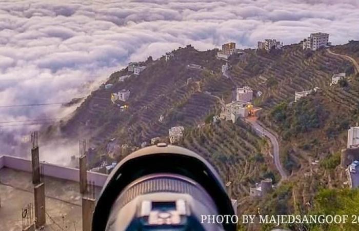 الخليح | منازل تلفها السحاب فوق جبل سعودي