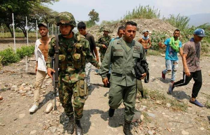 167 عسكريًا ينشقون عن الجيش الفنزويلي وينتقلون إلى كولومبيا