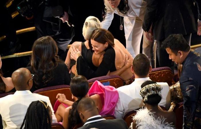 انسجام تام بينهما: برادلي كوبر وضع يده على صدر ليدي غاغا بحضور حبيبته ايرينا شايك!