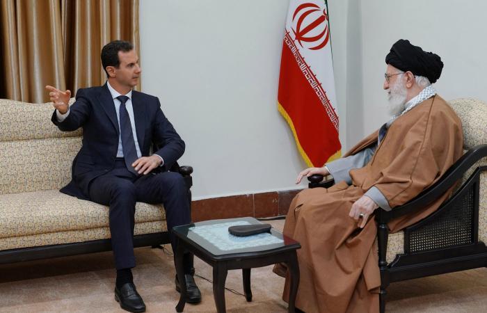 """سوريا   """"العلم السوري"""" يغيب عن لقاءات الأسد في إيران"""